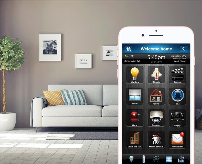 Immagine Domotica - uno smartphone davanti al divano
