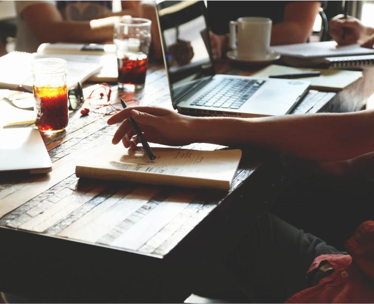 Immagine Partner Commerciale - penna e quaderno sul tavolo