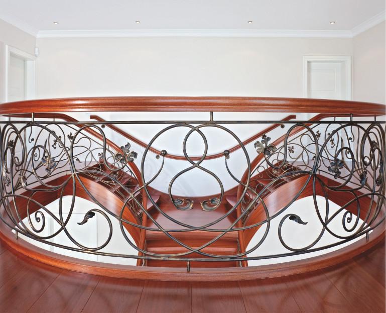 Immagine Scale in legno con decorazioni in metallo