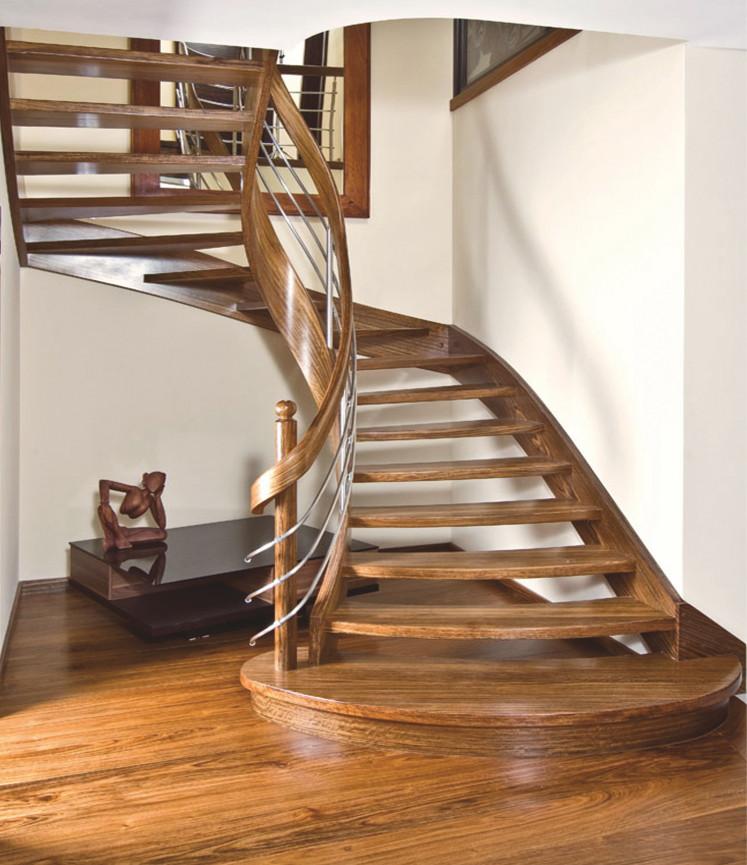 Immagine galleria 12 - Scale in legno al centro del corridoio