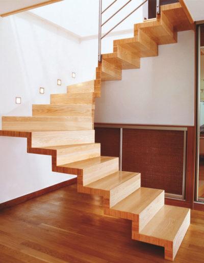Immagine galleria 5 - Quadrate scale in legno marrone chiaro