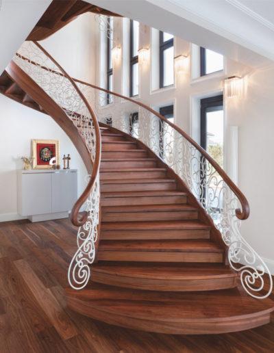 Immagine galleria 7 - Scale in legno classsiche con decorazioni bianche